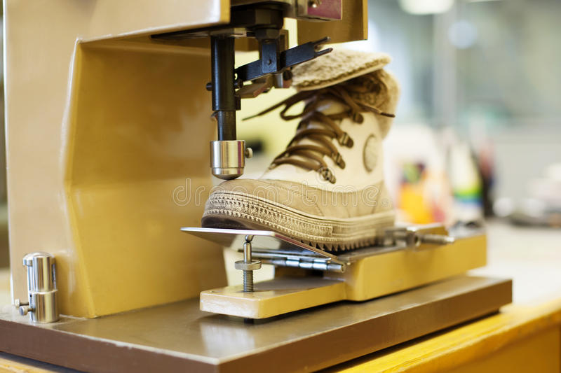 Fabrication des bottes brunes de demi-saison photographie stock libre de droits