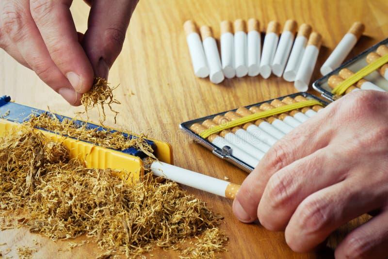 Fabrication des cigarettes photographie stock libre de droits