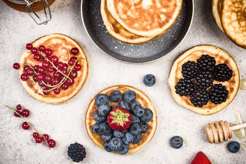 Fabrication des crêpes avec des fruits image stock