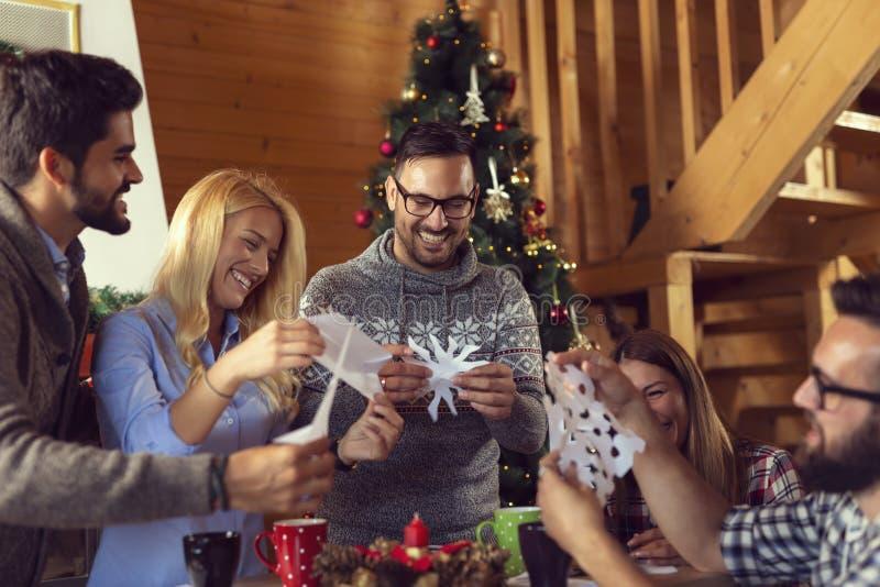 Fabrication des flocons de neige de papier image libre de droits