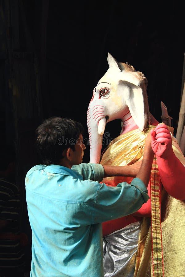 Fabrication des idoles de la déesse Ganesh. photos stock