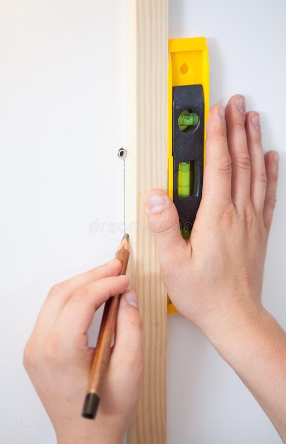 Download Fabrication Des Inscriptions De Mur Utilisant Un Niveau Et Un Crayon D'esprit Photo stock - Image du construction, rénovez: 45362814