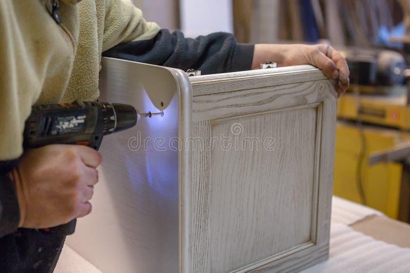 Fabrication des meubles à partir du bois Charpentier de travail Outils de menuiserie photo stock