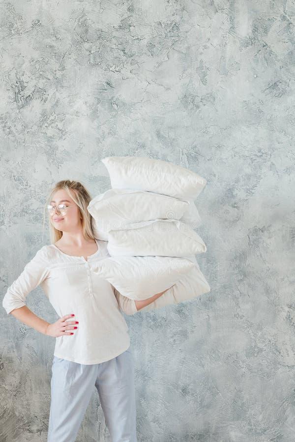 Fabrication des oreillers de prise de femme au foyer de corvées de matin de lit photo libre de droits