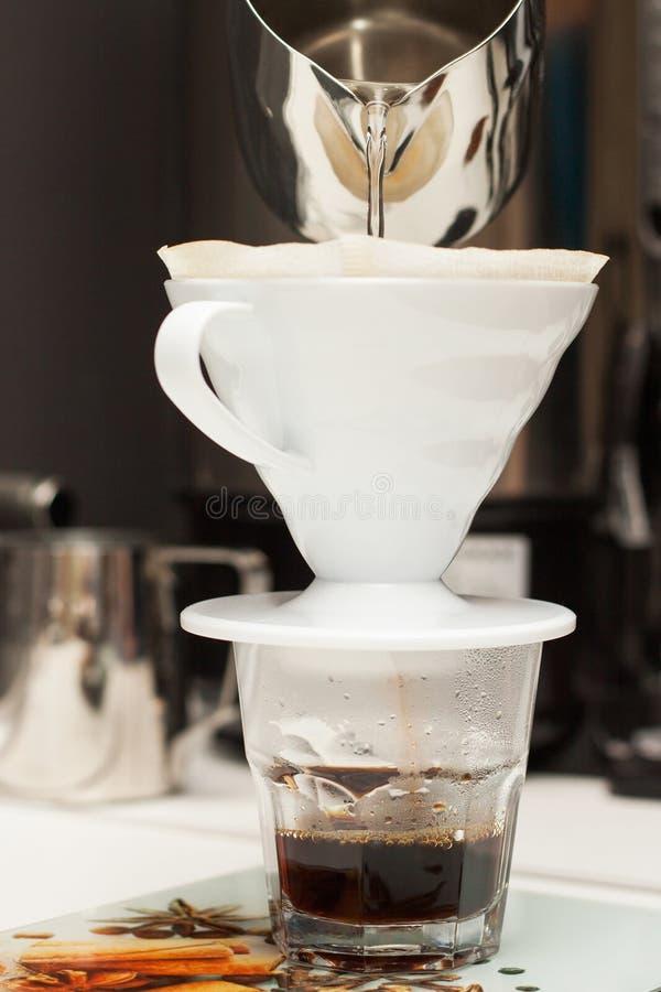 Fabrication du café par un filtre photo libre de droits