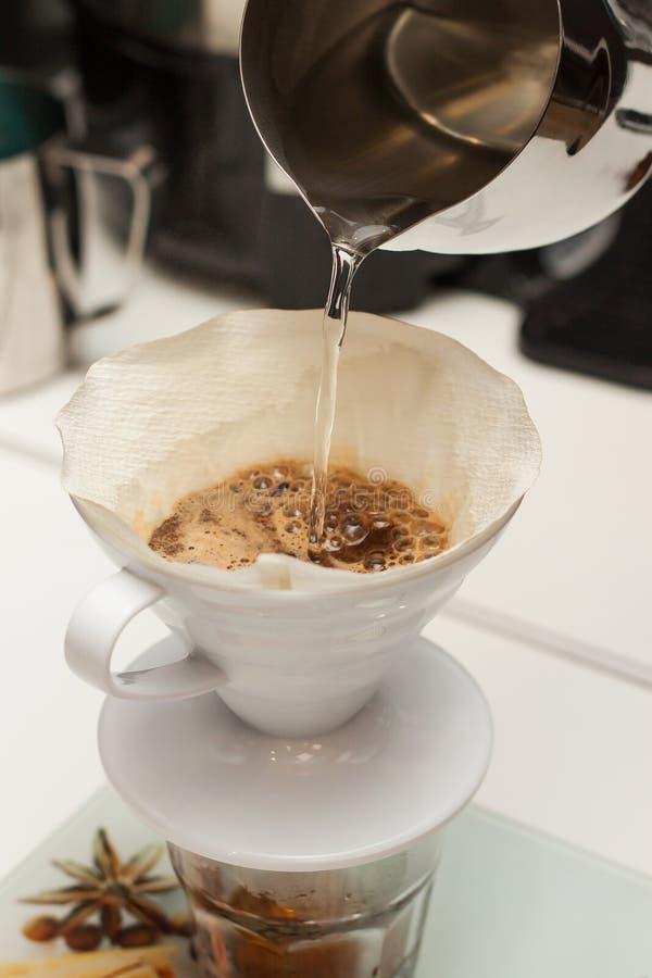 Fabrication du café par un filtre photo stock