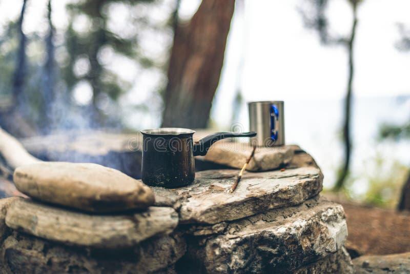 Fabrication du caf? dans le cezve sur la chemin?e en campant ou hausse caf? sur le feu de camp photos libres de droits