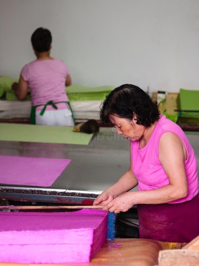 Fabrication du papier traditionnelle en Corée du Sud photographie stock