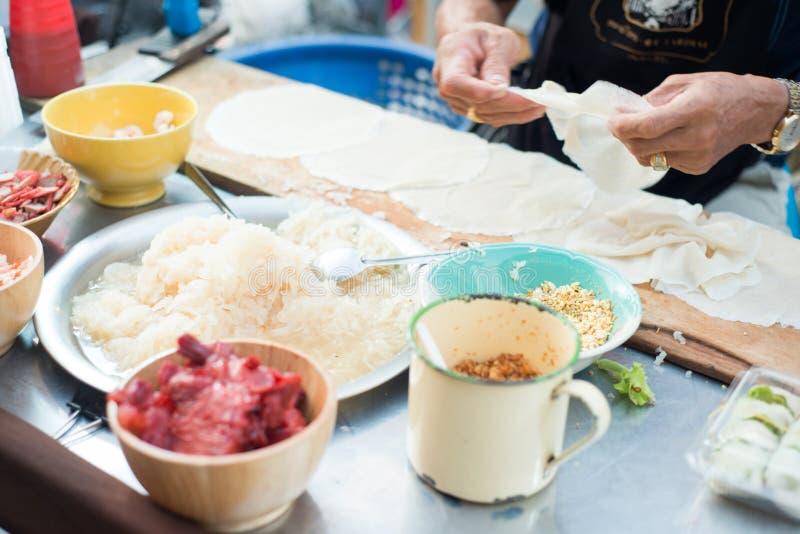 Fabrication du petit pain de ressort frais thaïlandais photographie stock libre de droits