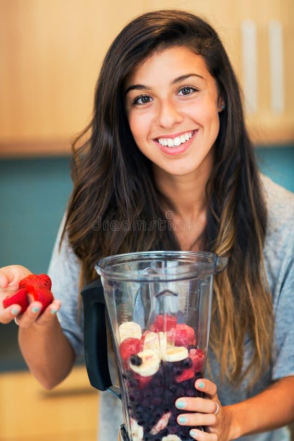 Fabrication du Smoothie de fruit images stock