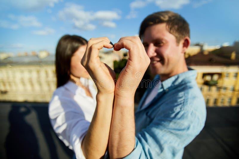 Fabrication du symbole de coeur avec des mains photographie stock