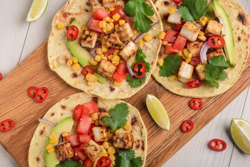 Fabrication du tacos végétarien photographie stock