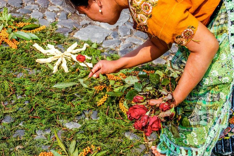 Fabrication du tapis de semaine sainte, l'Antigua, Guatemala image stock