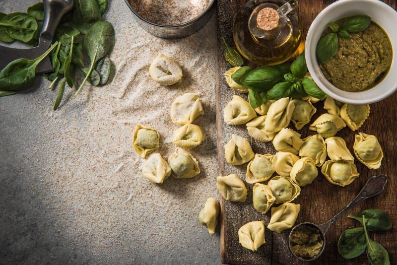 Fabrication du tortellini avec les épinards frais, aériens, vue photo libre de droits