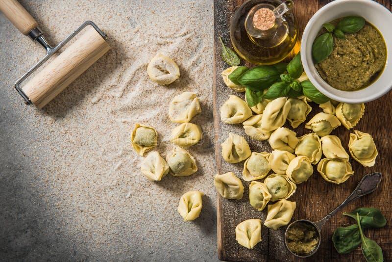Fabrication du tortellini avec les épinards frais, aériens, vue images stock