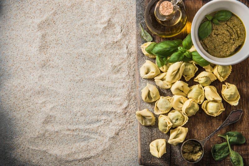 Fabrication du tortellini avec les épinards frais, aériens, vue image libre de droits