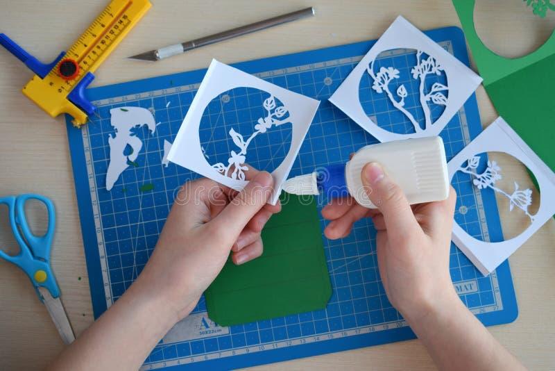 Fabrication du tunnelbook ressort de carte de voeux 3D ?quipement et outils d'illustration pour la coupe de papier - couteau de c image libre de droits