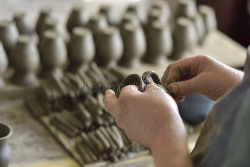 Fabrication roumaine traditionnelle de poterie dans Bucovina image libre de droits