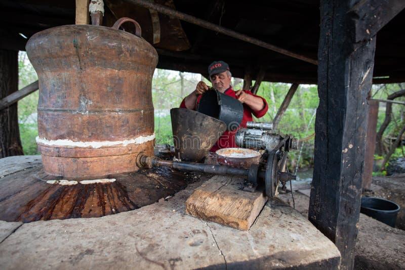 Fabrication traditionnelle d'eau-de-vie fine dans le comt? de Maramures, Roumanie photo libre de droits