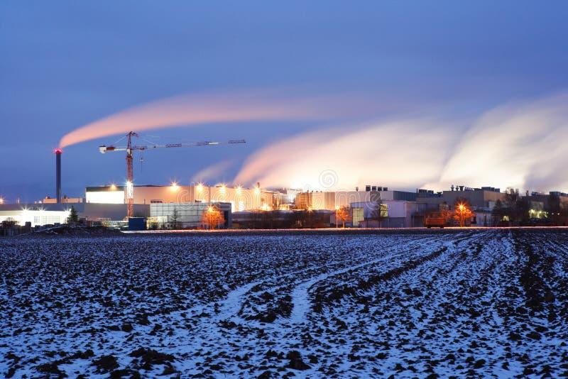 Fabriek bij nacht stock afbeeldingen