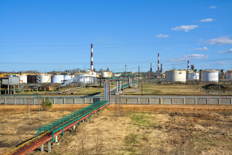 Fabriek bij olieraffinage en de productie van benzine royalty-vrije stock fotografie