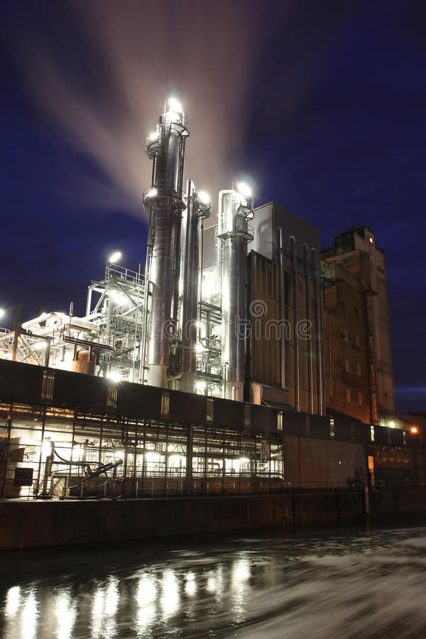 Fabriek bij schemer royalty-vrije stock foto