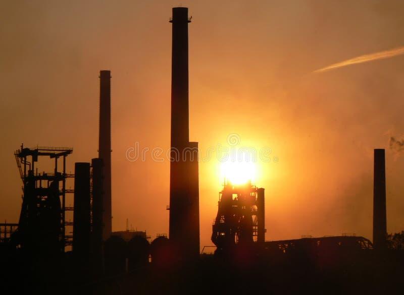 Fabriek bij zonsondergang stock fotografie