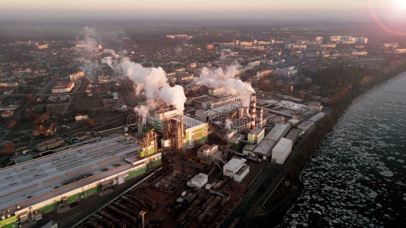 Fabriek in de stralen van de het toenemen zon De mening van het vogel` s oog ecologische crisisfoto royalty-vrije stock foto