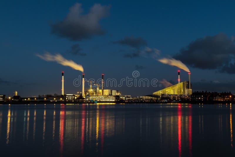 fabriek dichtbij de rivier bij schemer royalty-vrije stock foto's