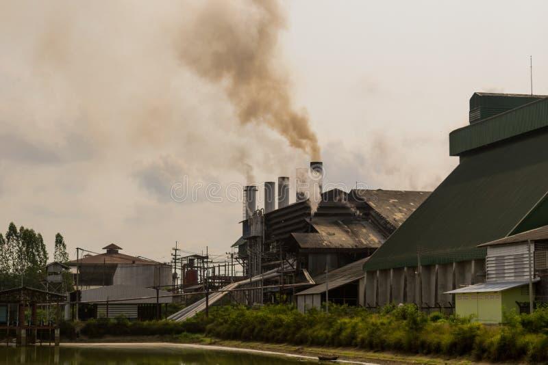 Fabriek en afvalwaterlossingsmilieuvervuiling royalty-vrije stock fotografie
