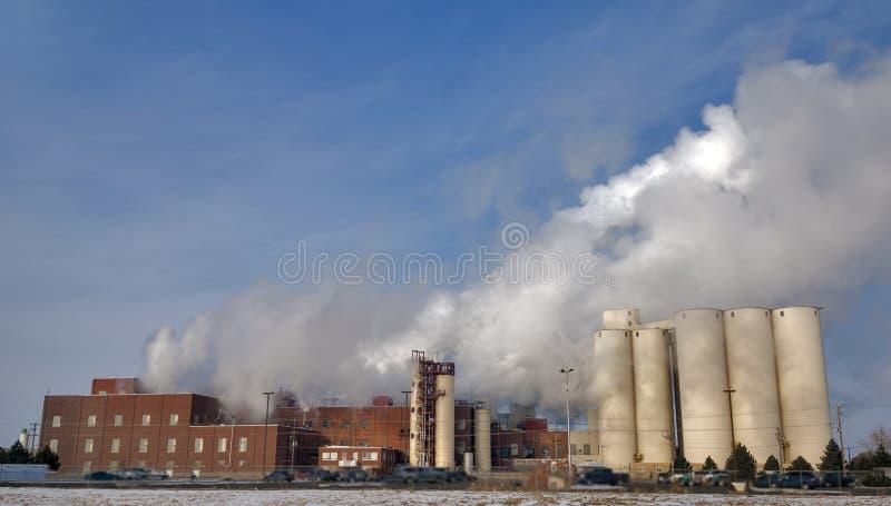 Fabriek met stoomstapels in een koude ochtend royalty-vrije stock fotografie