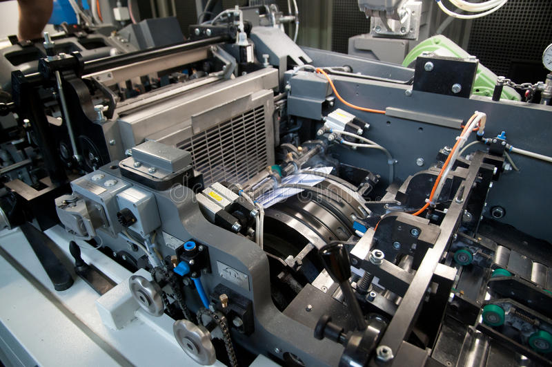 Fabriek: prodution van enveloppen en zak stock foto's