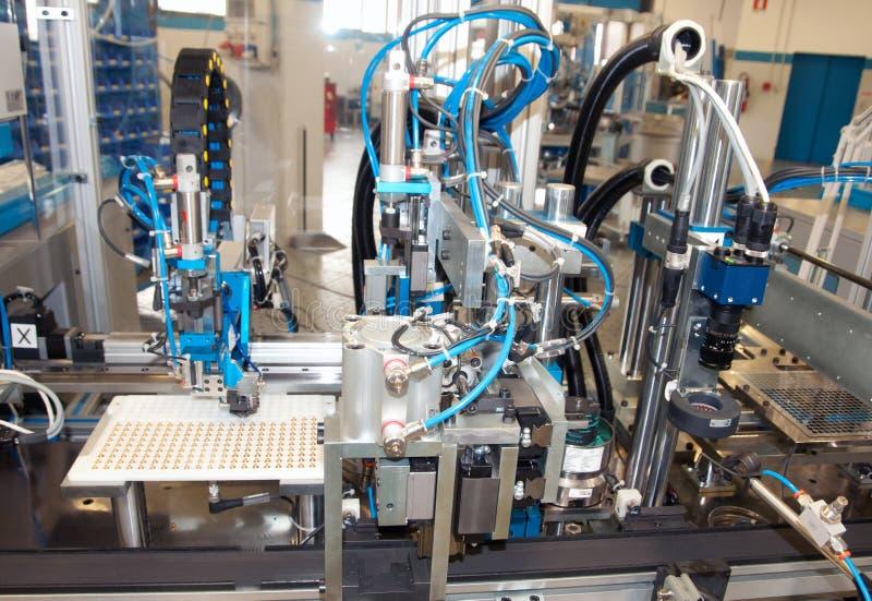 Fabriek - Rooilijne machine voor automatisering stock foto