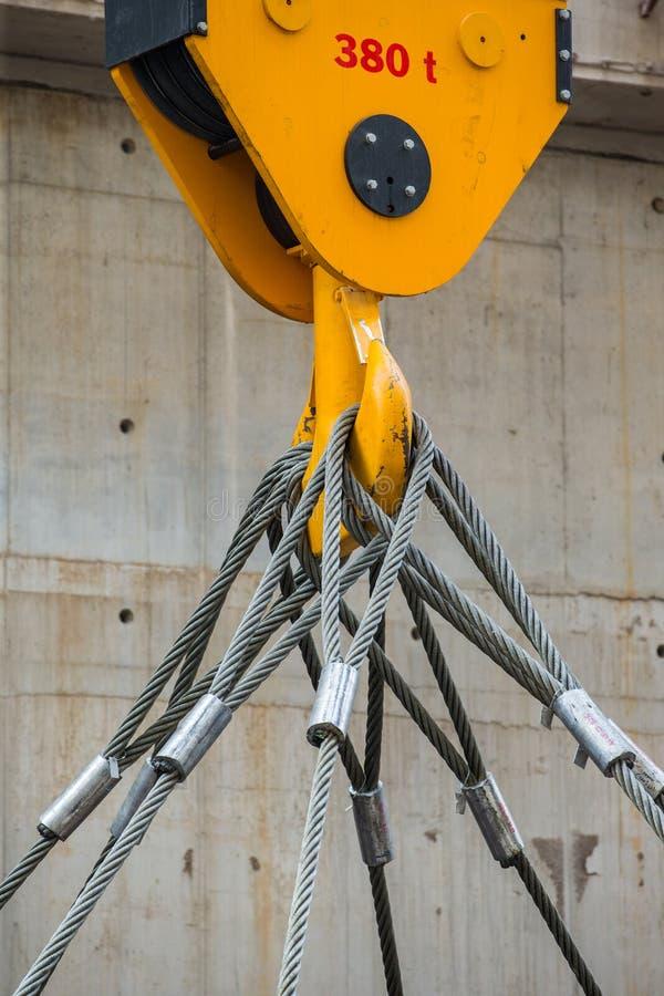 Fabrieks luchtkraan en gele kraanhaak 380 t en slinger royalty-vrije stock afbeeldingen