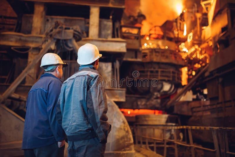Fabrieksarbeider bij de close-up van het fabriekslassen, royalty-vrije stock afbeelding