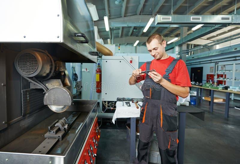 Fabrieksarbeider op hulpmiddelworkshop stock fotografie