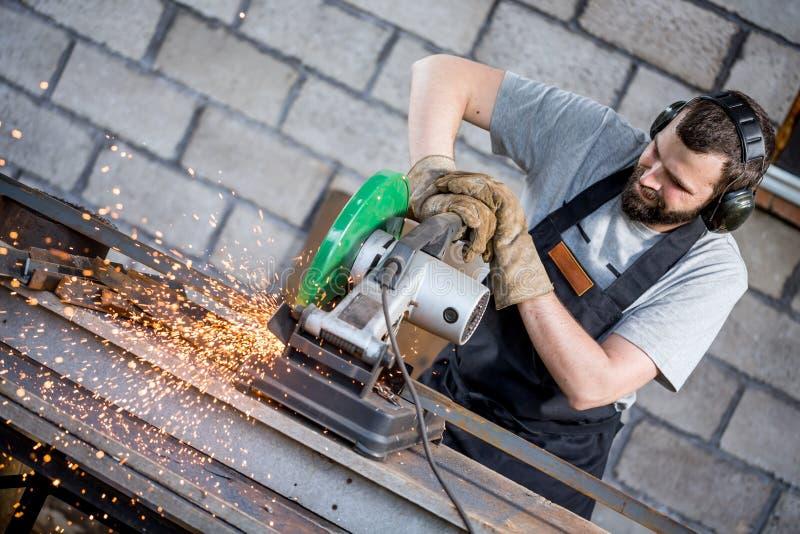 Fabrieksarbeider scherp metaal stock afbeelding