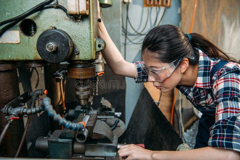 Fabrieksvrouw die de glazen van de veiligheidsbescherming dragen stock afbeelding