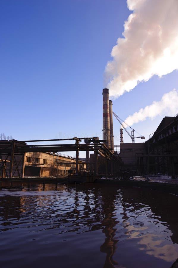 Fabrik auf der Anreicherung des Eisensteins lizenzfreies stockbild