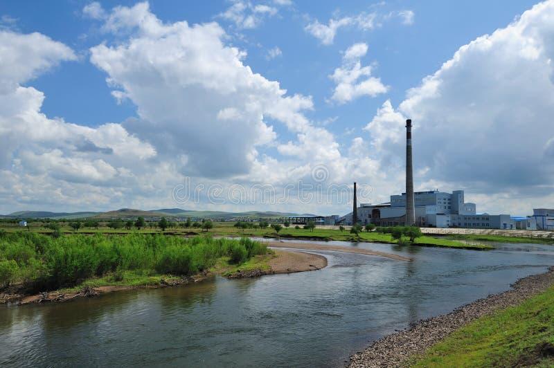 Fabrik auf der Wiese stockfotografie
