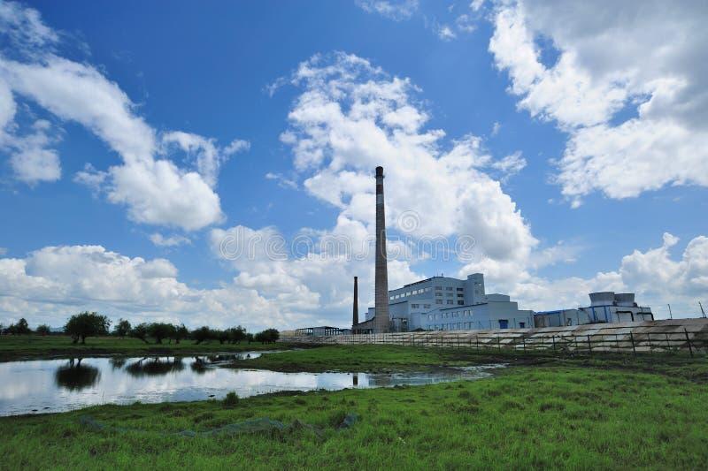 Fabrik auf der Wiese lizenzfreie stockfotos