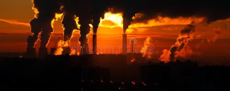 Fabrik des Hitzetechnikkamins mit Wolken lizenzfreies stockbild