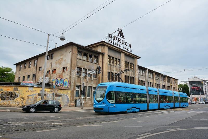 Fabrik, die Gorica und blaue Tram errichtet lizenzfreies stockbild