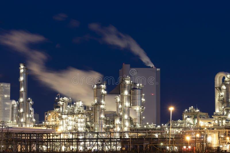 Fabrik för tung bransch på natten fotografering för bildbyråer