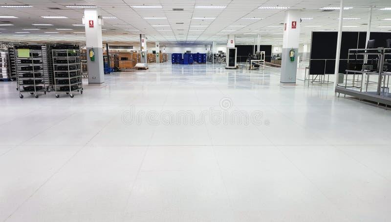 Fabrik für die Fertigung von elektronischen Leiterplatten, von Serienproduktion und von Minilager mit Reihen von Regalen mit lizenzfreies stockfoto