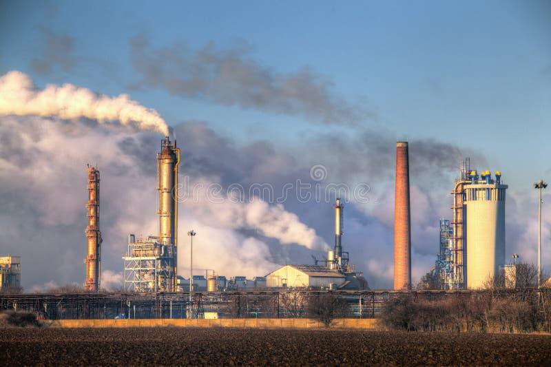 Fabrik med luftförorening royaltyfri fotografi