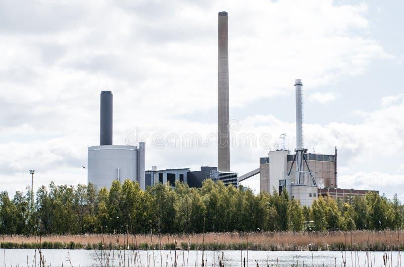Fabrik nära sjön royaltyfri foto