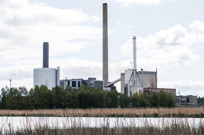 Fabrik nära sjön arkivfoton