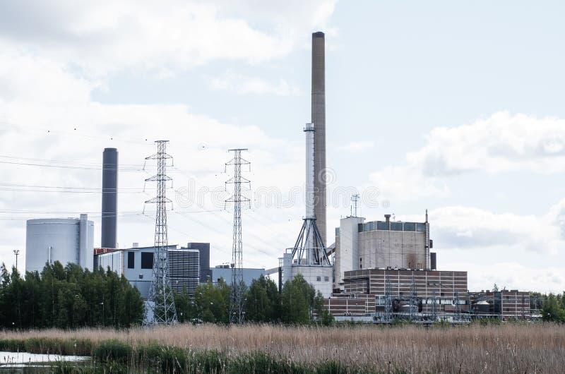 Fabrik nahe dem See stockbilder