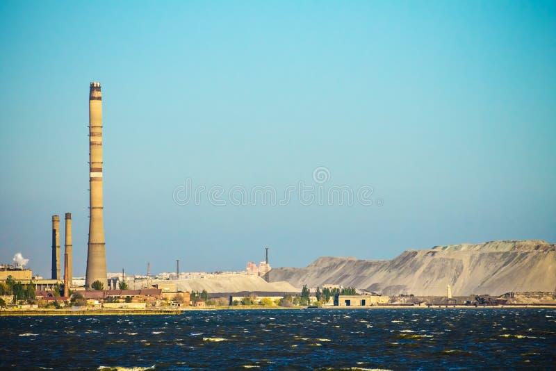 Fabrik och rör, havsfjärd, industriellt landskap royaltyfri foto